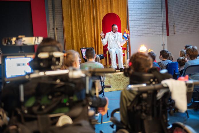 Ronnie Ruysdael tijdens Nationale Voorleesdag op de St. Maartenschool in Beek/Ubbergen.