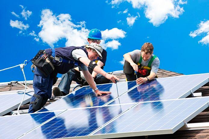Wie een auto laadt met door zonnepanelen opgewekte stroom, kan nog voordeliger autorijden