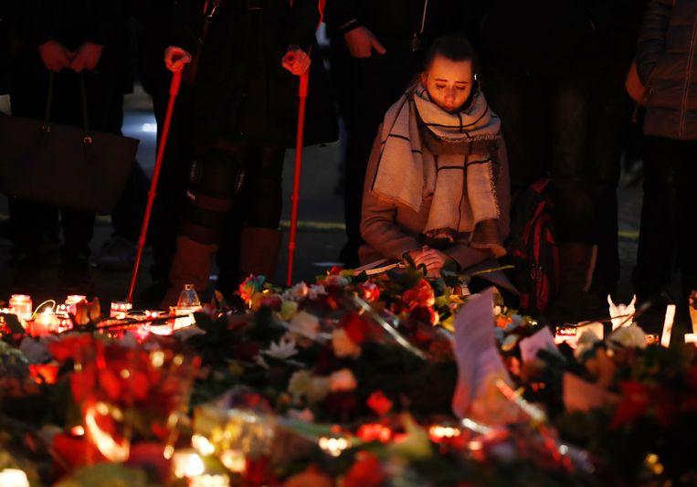 Vlak bij de getroffen kerstmarkt en de historische Gedächtniskirche worden de slachtoffers herdacht met bloemen en kaarsen. Beeld AFP