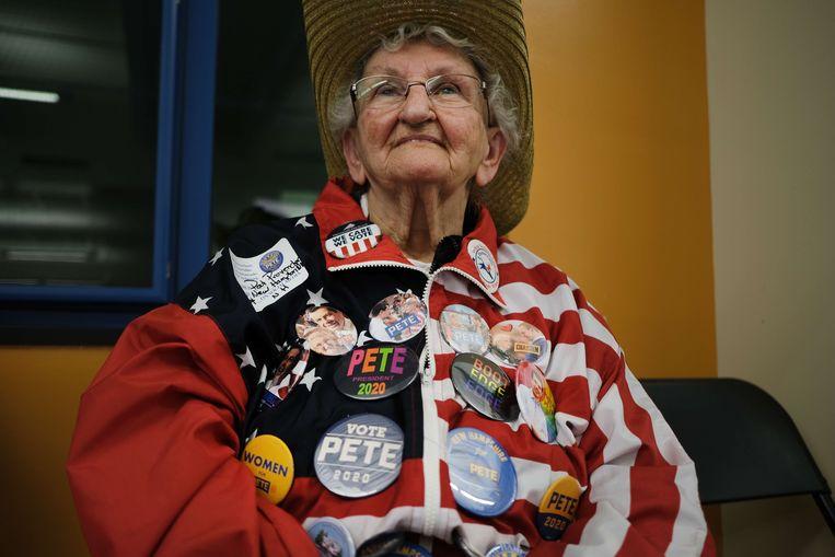 Een fan van Pete Buttigieg luistert naar haar presidentskandidaat in Laconia, New Hampshire. Beeld AFP