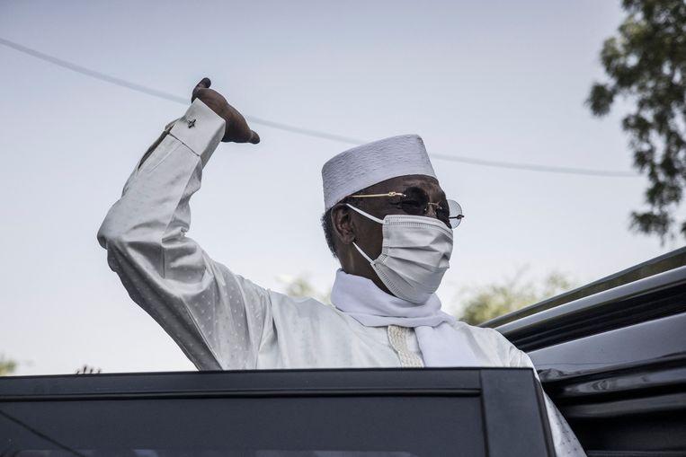 President Idriss Deby van Tsjaad begroet zijn aanhang nadat hij op 11 april zijn stem heeft uitgebracht bij de presidentsverkiezingen. Hij won die, maar afgelopen dinsdag, een dag na de bekendmaking, zou hij overlijden. Beeld AFP