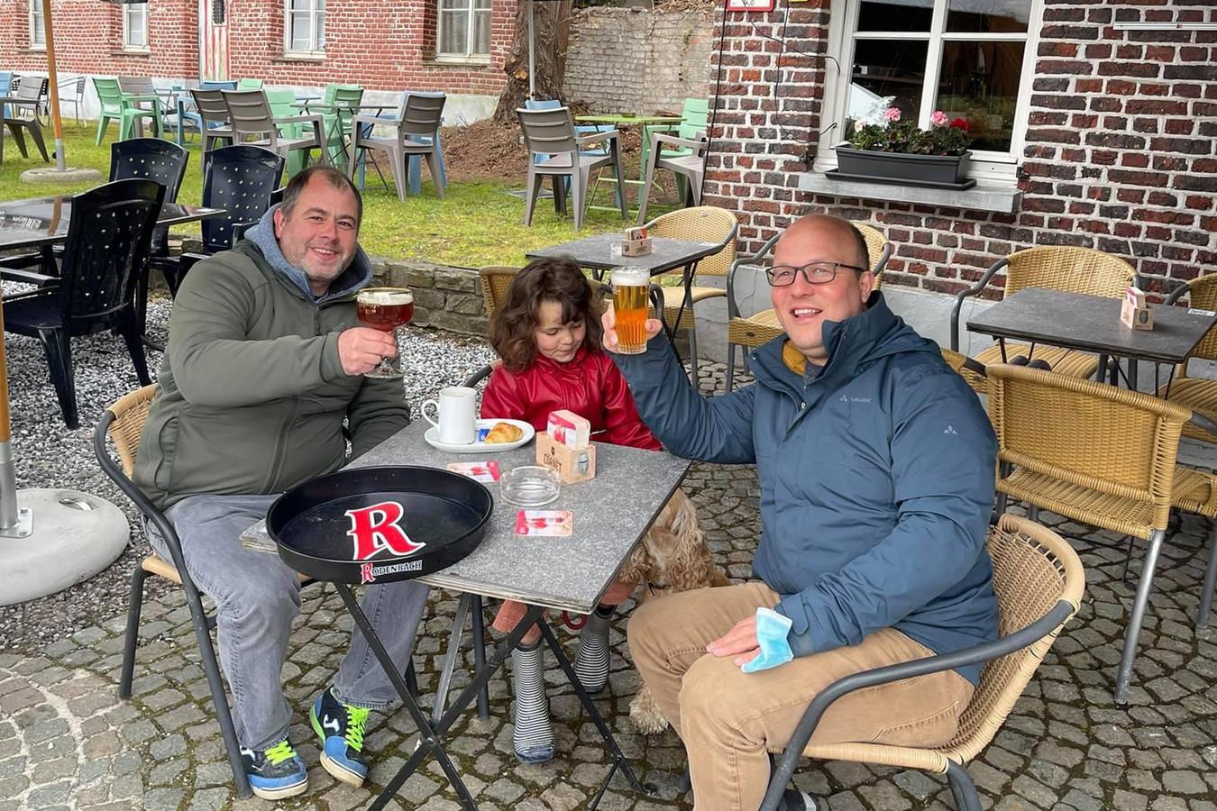 Tim Pollet en Davy Perdaens kunnen eindelijk weer aan hun favoriet café klinken op de vriendschap.