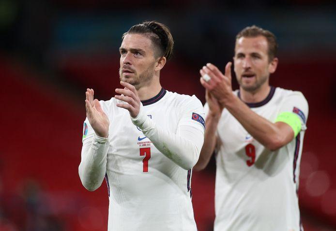 Jack Grealish en in zijn rug Harry Kane bedanken het publiek op Wembley tijdens het EK.