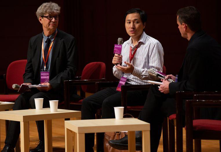 He Jiankui (midden) terwijl hij zijn project over genmodificatie van baby's verdedigt tijdens de Summit on Human Genome Editing op de Universiteit van Hongkong.   Beeld EPA