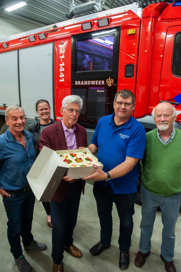 Jan Pommer overhandigde, bijgestaan door leden van het bestuur Gedenkplaats Haaren, een taart aan Albert van de Wiel, commandant brandweer Haaren, als dank voor de inzet bij de brand bij Haarendael.