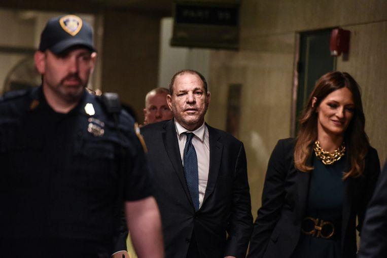 Juli 2019: Harvey Weinstein komt het gerechtsgebouw van New York binnen. Jodi Kantor: 'Beroemde feministische advocaten hebben op allerlei manieren geholpen zijn geheimen verborgen te houden.' Beeld Getty Images