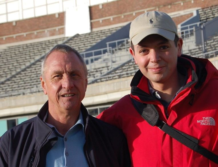 Johan Cruijff met Amsterdammer Rachid Bouazzaoui in het Olympisch Stadion. Beeld Rachid Bouazzaoui