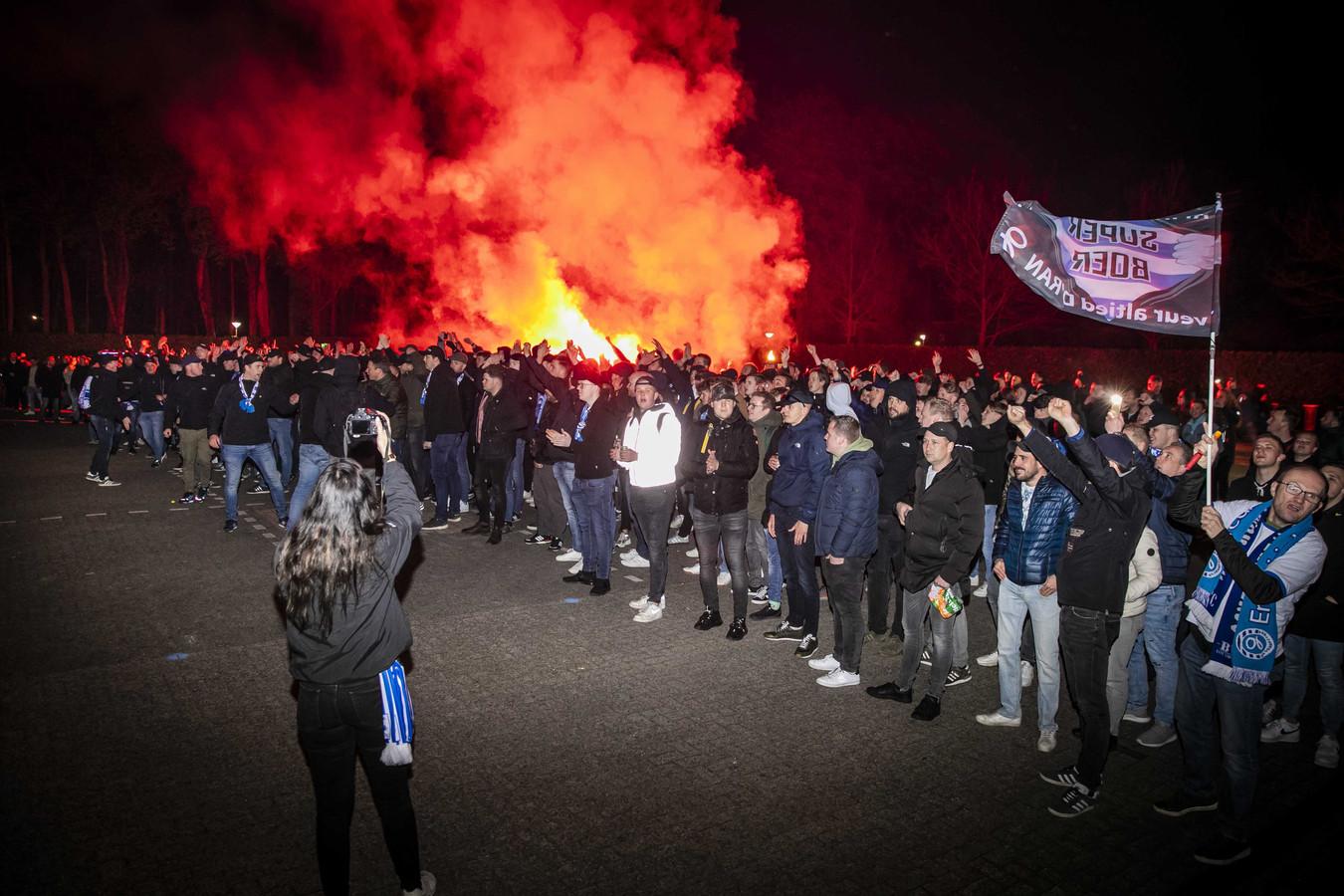 Fans staan bij stadion De Vijverberg van De Graafschap. De fans waren naar het stadion gekomen om hun club een hart onder de riem te steken.