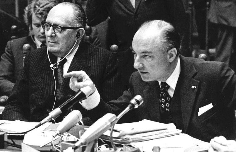 Minister W.K.N. Schmelzer van Buitenlandse Zaken naast zijn Franse ambtgenoot Robert Schumann tijdens een persconferentie na de bijeenkomst van EEG-ministers in Den Haag. Beeld Hollandse Hoogte /  ANP
