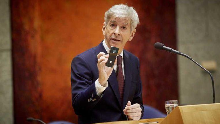 Minister Ronald Plasterk van Binnenlandse Zaken met zijn iPhone in de Tweede Kamer tijdens het vragenuurtje. Beeld anp