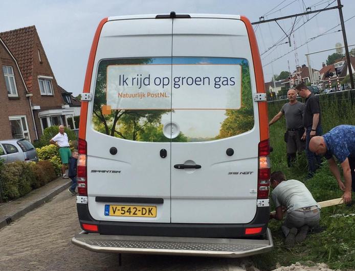 Bewoners moesten zaterdag in actie komen om een chauffeur van PostNL weer op weg te helpen.