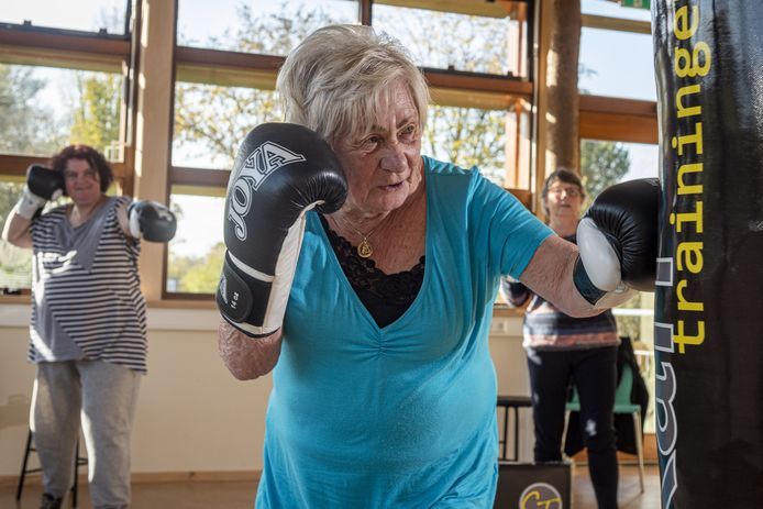 Joke Braam geeft een ferme linkse tegen de bokszak. Geheel coronaproof doet ze aan boksen voor senioren bij Hüseyin Çakan in de Bovenkamer in Zutphen.