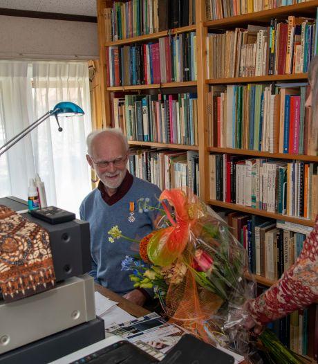 Eerste druppel van de lintjesregen valt op de borst van Hans Maas uit Nunspeet