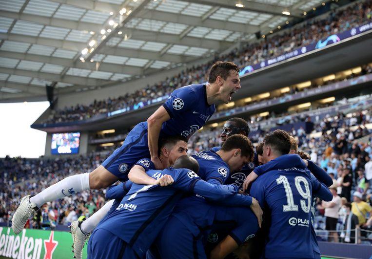 Chelsea's Kai Havertz viert met zijn ploeggenoten de openingstreffer in de finale van de Champions League  tegen Manchester City.  Beeld AP