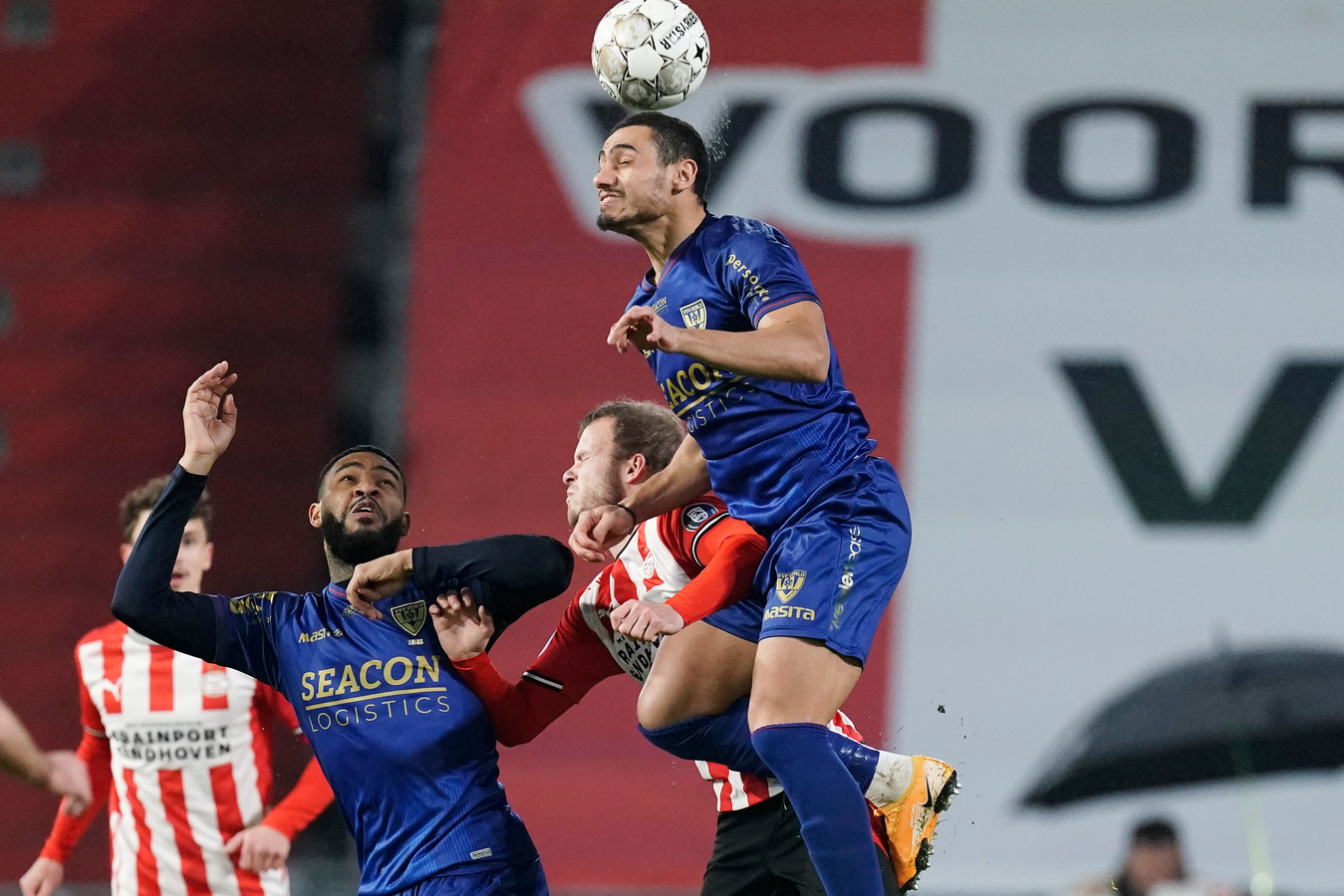Ondanks zijn lengte en gewonnen kopduels, scoorde Giakoumakis nog niet met zijn hoofd.
