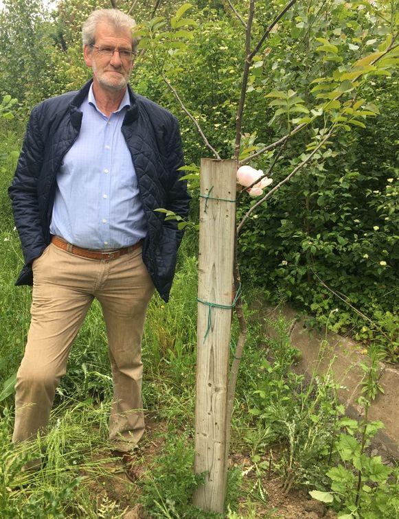 Rik Vervalle, bij de notenboom op de plaats waar Gaétan stierf