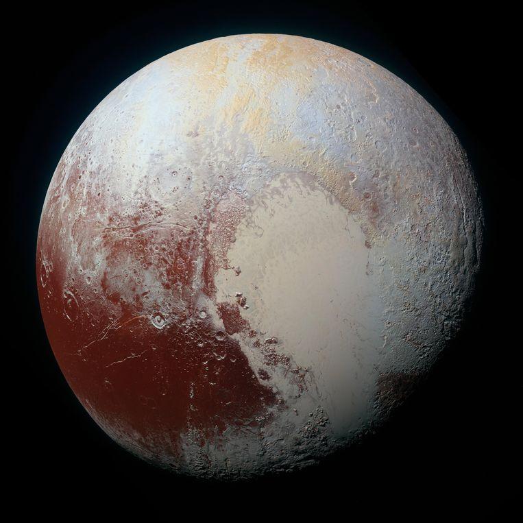 De dwergplaneet Pluto, gefotografeerd door de ruimtesonde New Horizons. De krater die nu naar Oort is genoemd, ligt helemaal aan de linkerrand. Beeld Nasa
