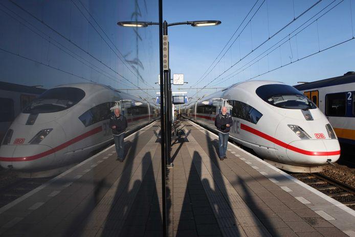 De internationale trein naar Duitsland op het station van Elst.