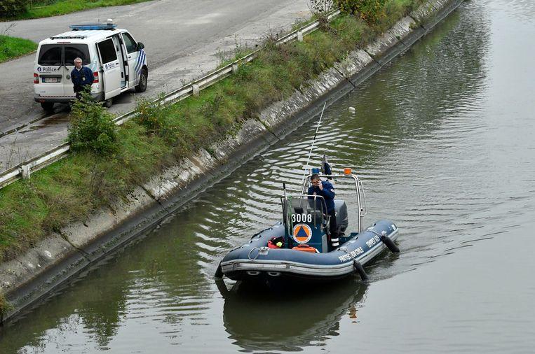 Speurders zochten gisteren verder in het kanaal van Ronquières. Beeld Photo News