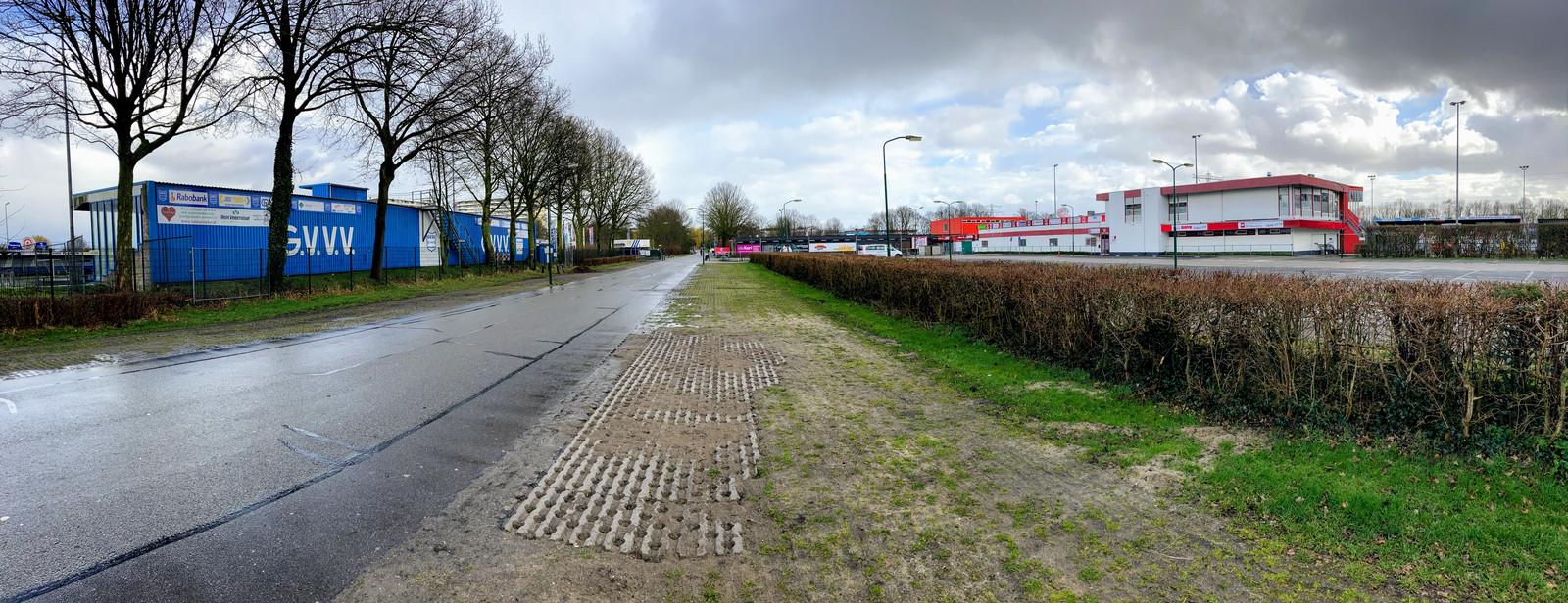 Het parkeerterrein van sportpark Panhuis met links het terrein van GVVV en rechts dat van DOVO.