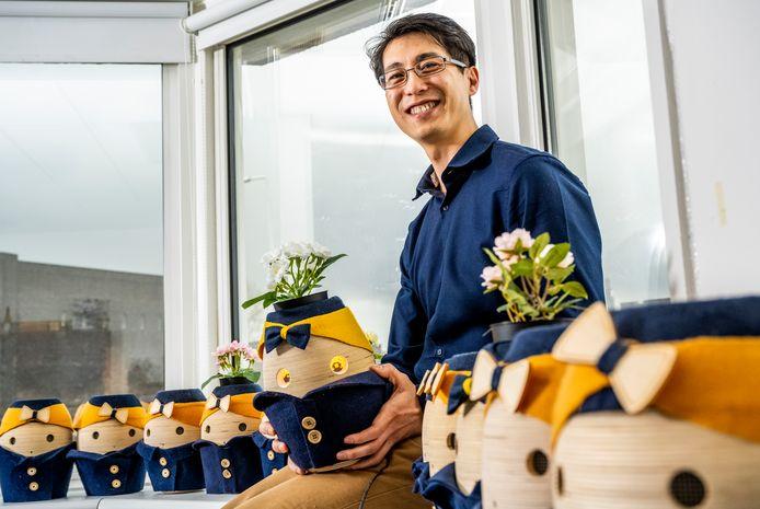 Wang Long Li, medeoprichter van Tinybots, met zijn Tessa: een speciale robot die dementerende ouderen ondersteunt, zodat ze langer zelfstandig kunnen blijven wonen.