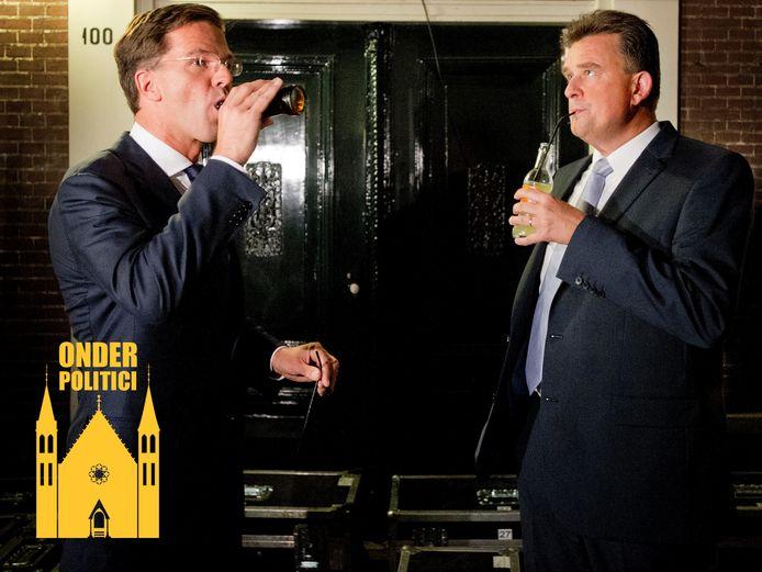 Mark Rutte en Emile Roemer tijdens de pauze van een van de verkiezingsdebatten in 2012. Rutte dronk óók uit een rietje, maar hij haalde dat snel uit zijn flesje toen hij de fotograaf in zijn ooghoeken zag.