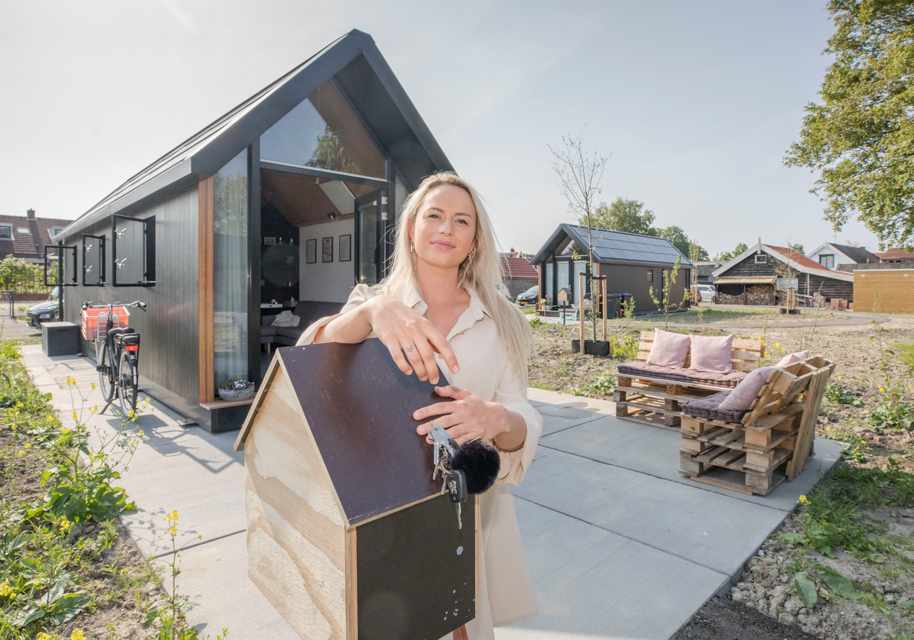 Ilona Beerens bij haar tiny house in Hoedekenskerke