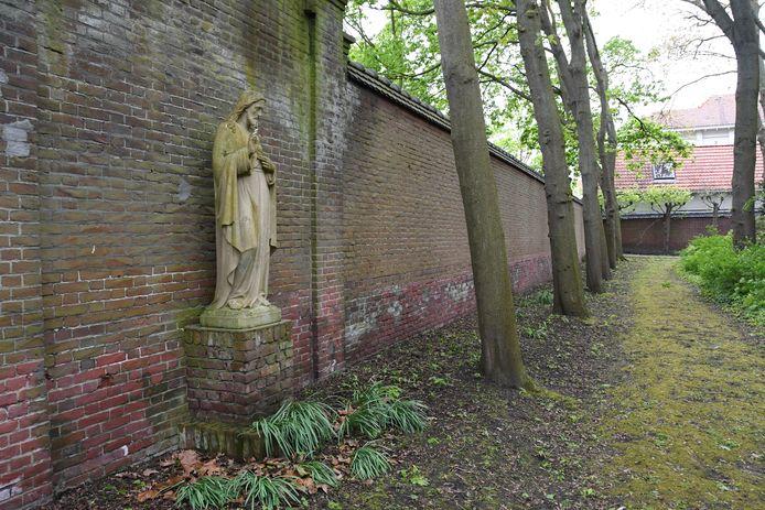 Christusbeeld in de tuin van stadsklooster San Damiano, onderweg tijdens de meditatieve spirituele wandeling
