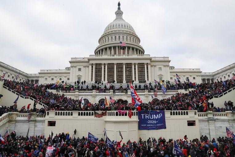 Supporters van president Donald Trump verzamelen zich op ze januari 2021 voor het Capitool in Washington.  Beeld REUTERS