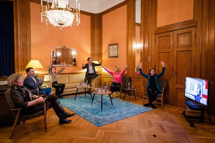 VVD'ers Annemarie Jorritsma, Klaas Dijkhoff, Sophie Hermans, Mark Rutte, Christianne van der Wal en Caroliene Hermans juichen als de VVD bij een eerdere exitpoll 35 zetels krijgt, een winst van twee.
