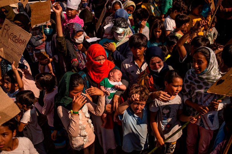 Vluchtelingen van kamp Moria protesteren op het Griekse eiland Lesbos. Beeld AFP