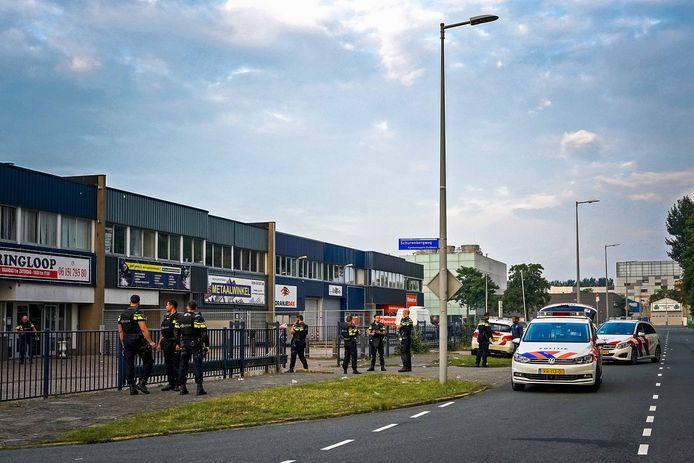 Politie bij een bedrijfspand aan de Stekkenbergweg in Amsterdam-Zuidoost waar de schietpartij plaatsvond.