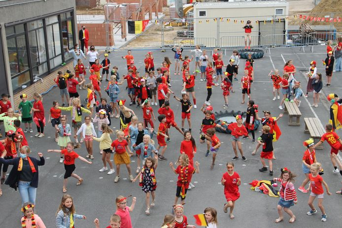 De kinderen van de Heilige Familieschool op de Bosmolens waren helemaal in Rode Duivels-thema uitgedost.