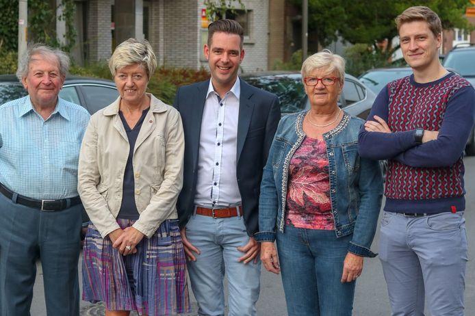 Benjamin Weyts, uiterst rechts op de foto. Vlnr: Gust Minner, Betty Liberton, Didier Blokland en Monique Van den Branden. Ze kwamen allemaal op bij de districtsraadsverkiezingen van 2018.