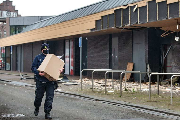 Nederland , Beverwijk, 9-12-2020 De technische recherche doet onderzoek na een aanslag bij Poolse supermarkt in het Beverhof, een winkelcentrum in Beverwijk. Beeld