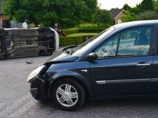 Auto op kant na botsing in Deurne