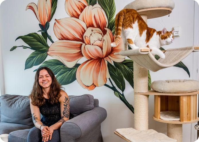 Het werk van tattoo-artist Roald van den Broek op de muur van het huis waarin Irene Gerritse samen met haar katten Woest (op de krabpaal) en Pluis woont.