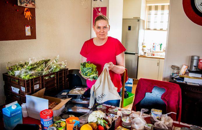 De Nieuwerkerkse Nynke Bosselaar verzamelt voedsel van restaurants en verdeelt het onder hulpbehoevenden.
