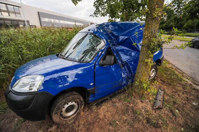 De auto raakte de boom aan de Maisdijk in Helmond.