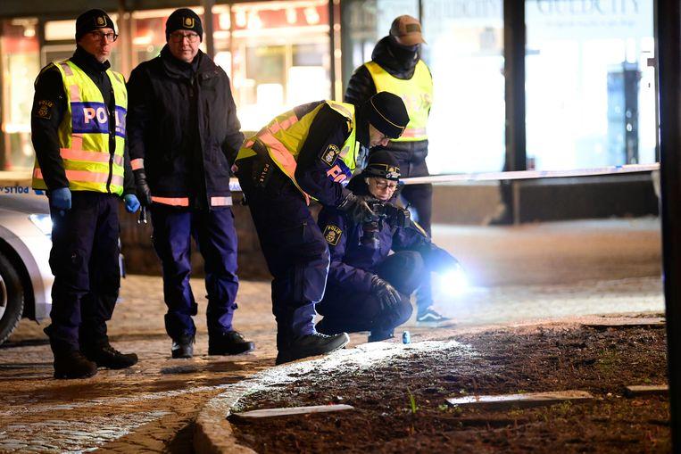 Agenten onderzoeken de plaats delict in Vetlanda.  Beeld AP