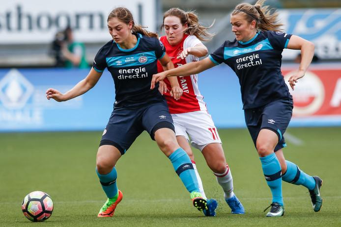 Kim Mourmans (rechts) in actie tegen Ajax, de ploeg waar ze volgend seizoen actief is.