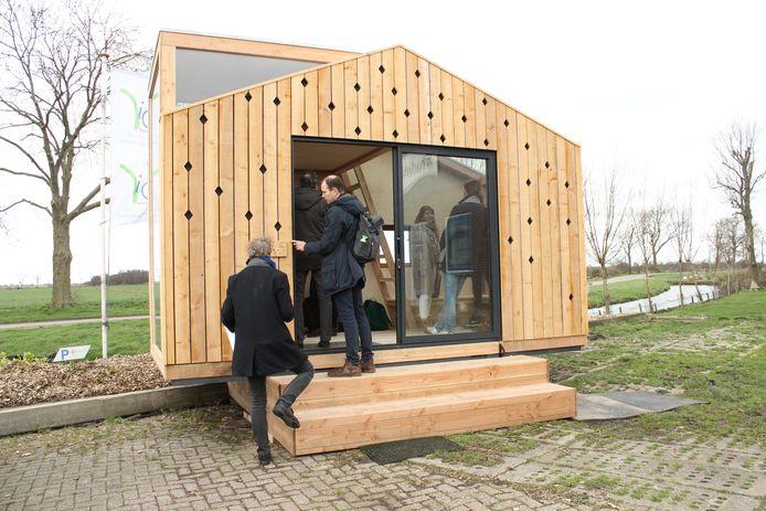 Op de proefboerderij in Zegveld staat het eerste huisje dat gemaakt is van lisdodde (isolatiemateriaal en laminaat) en planken van de zwarte els.