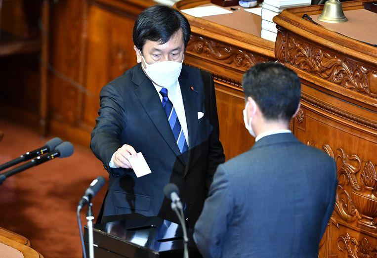 Yukio Edano (links), de leider van de Constitutioneel-Democratische Partij, in het Japanse parlement.  Beeld AFP