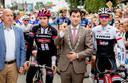 2016, Acht van Chaam. Burgemeester Joeri Minses, geflankeerd door wielervedetten Tom Dumoulin en Bauke Mollema.