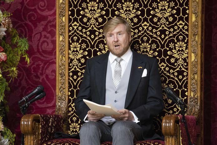 Koning Willem-Alexander leest op Prinsjesdag de Troonrede voor aan leden van de Eerste en Tweede Kamer in de Grote Kerk.