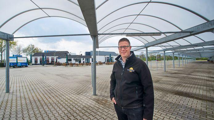 Eigenaar Arjan Suijs van Het Witte Huis in Zeeland bij de lege internationale busterminal naast zijn zaak.