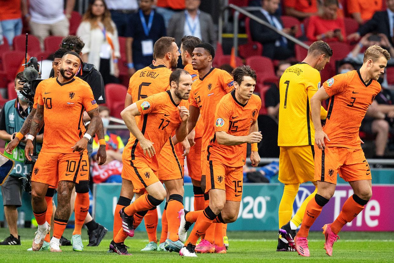 Nederland - Oostenrijk, de volksliederen zijn gespeeld. De spelers mogen eindelijk echt het veld op. Wie oogt echt ontspannen. Beeld Guus Dubbelman / de Volkskrant