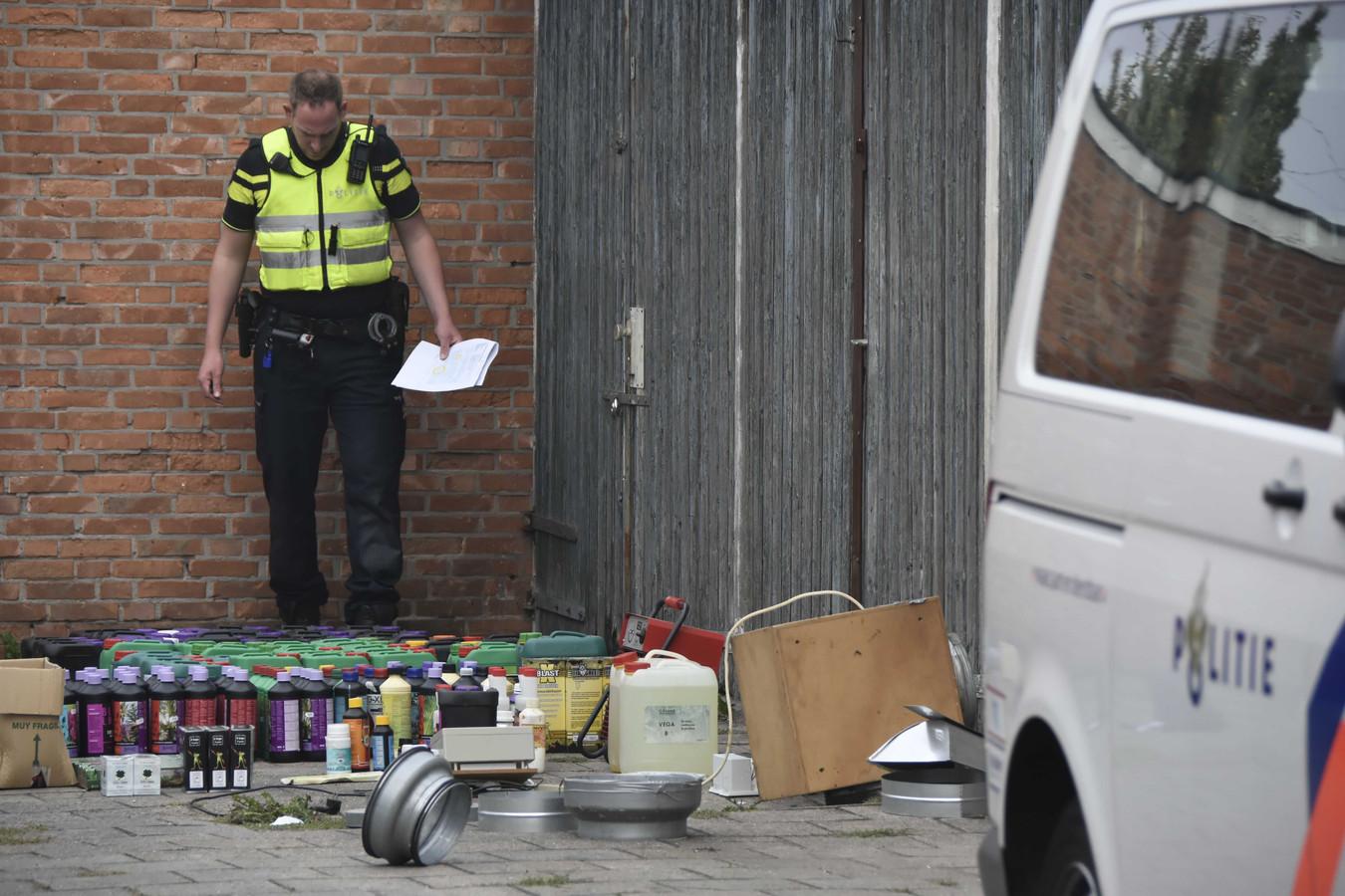 Een agent tijdens de grote politieactie in de Almelose wijk Nieuwstraatkwartier.