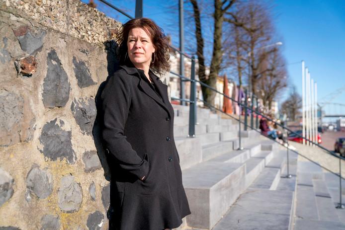 Tamara Baars aan de Rijnkade in Arnhem. Foto: Erik van 't Hullenaar.
