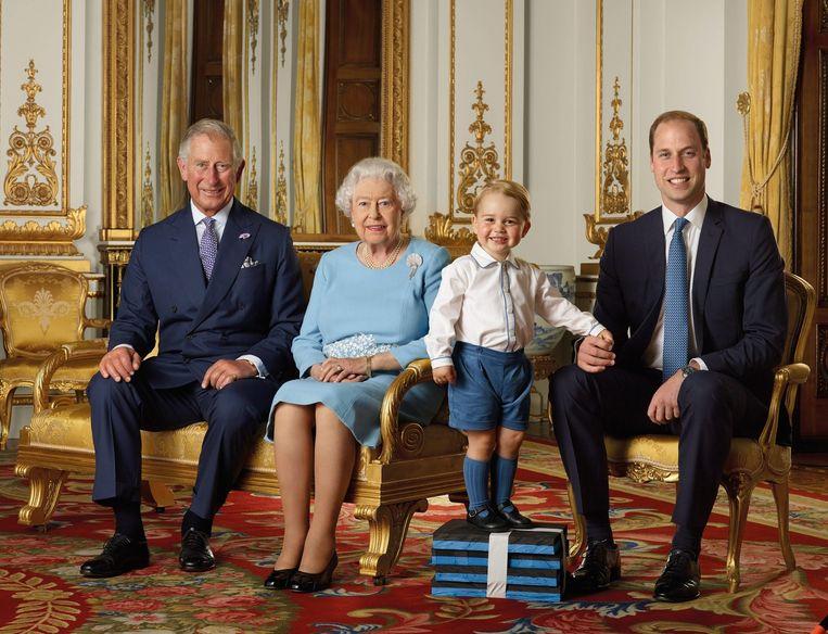 Koningin Elizabeth met haar troonopvolgers Prins Charles (uiterst links), Prins William (uiterst rechts) en Prins George. Beeld epa